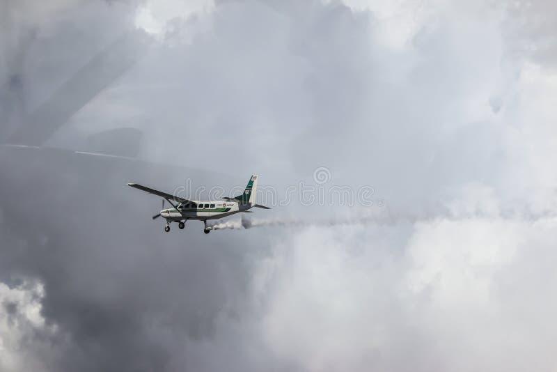 Wohnwagen und Himmel Cessnas 208 lizenzfreie stockbilder