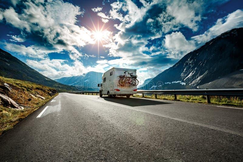 Wohnwagenautoreisen auf der Autobahn stockfotografie