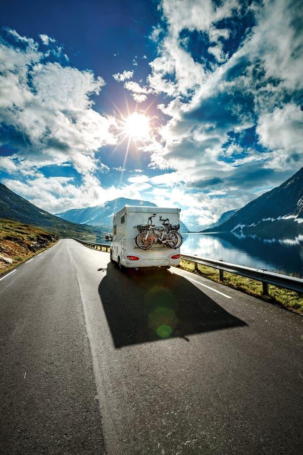 Wohnwagenautoreisen auf der Autobahn lizenzfreies stockfoto