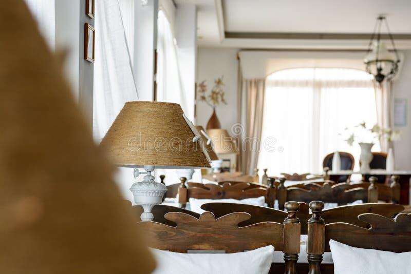 Wohnzimmer in der Weinleseart mit Holzmöbel in der Marineart lizenzfreie stockfotos