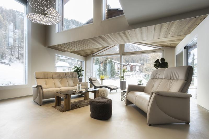 Wohnzimmer des Luxushauses mit Bergblick stockbild