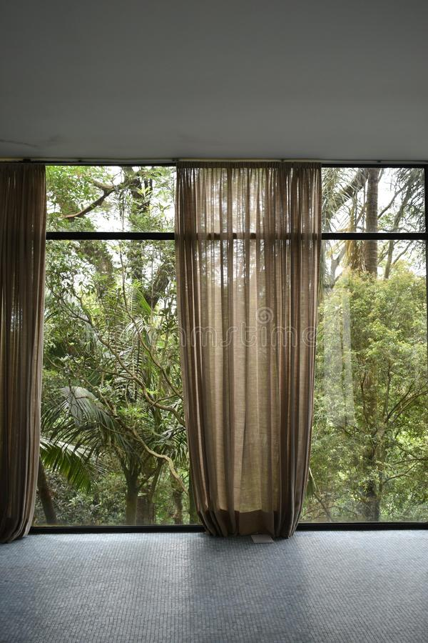 Wohnzimmer am Glashaus durch Lina Bo Bardi stockbilder
