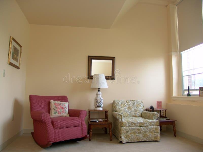 Wohnzimmer gut beleuchtet durch Tageslicht stockfoto
