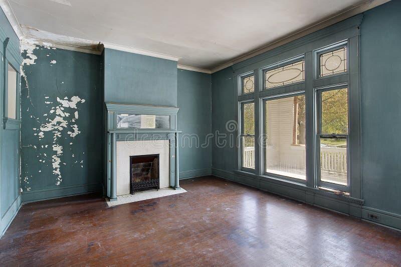 Wohnzimmer im alten verlassenen Haus lizenzfreie stockbilder