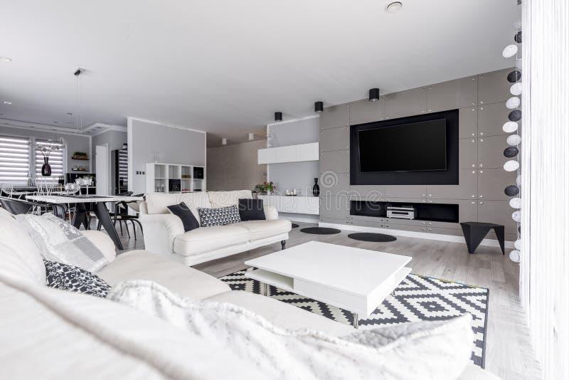 Wohnzimmer im Spitzendachboden stockfotos