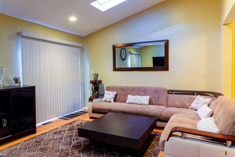 Wohnzimmer-Innenarchitektur in einem neuen Haus lizenzfreies stockbild