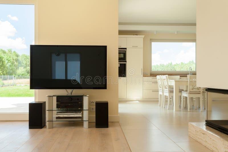 Wohnzimmer kombiniert mit dem Speisen des Raumes lizenzfreie stockbilder