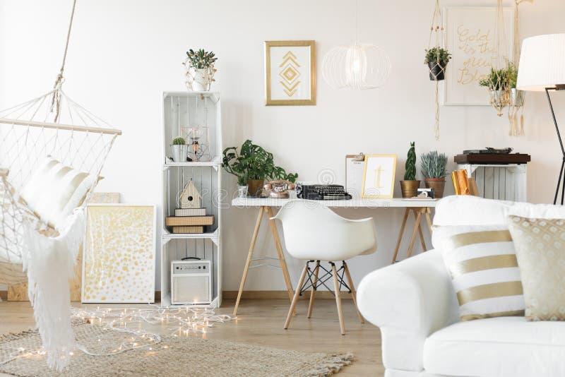 Wohnzimmer mit Arbeitsplatz stockbild