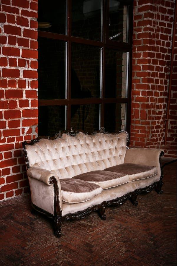 Download Wohnzimmer Mit Beige Sofa Auf Der Wand Des Roten Backsteins  Stockbild   Bild Von Lampe