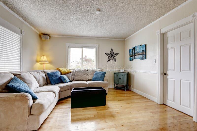 Wohnzimmer Mit Beige Sofa Und Blauen Kissen Stockbild - Bild von ...