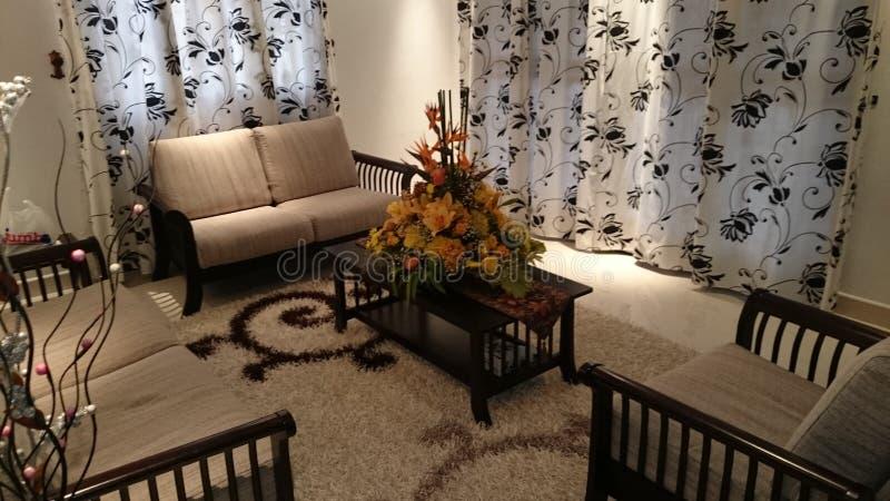 Wohnzimmer mit Blume unter Scheinwerferlicht stockfotos