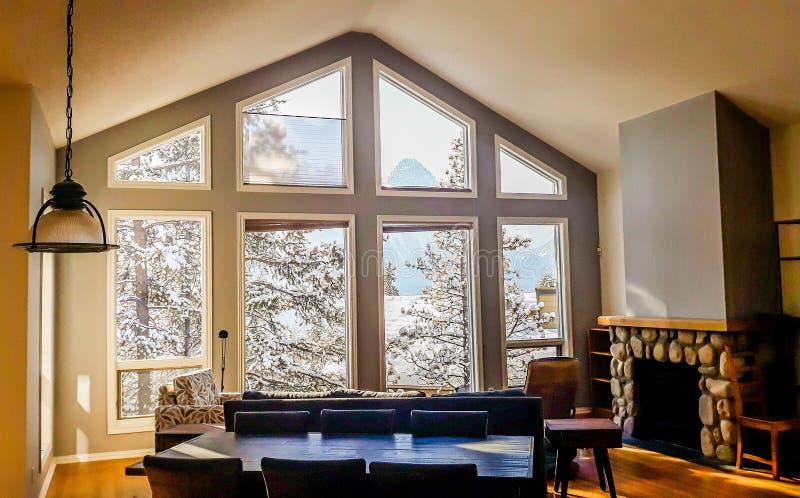 Wohnzimmer mit den breiten großen Fenstern typisch für Gebirgsart in Kanada stockfotos