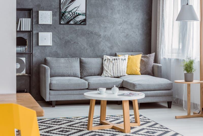 Wohnzimmer mit gelbem Kissen lizenzfreies stockfoto