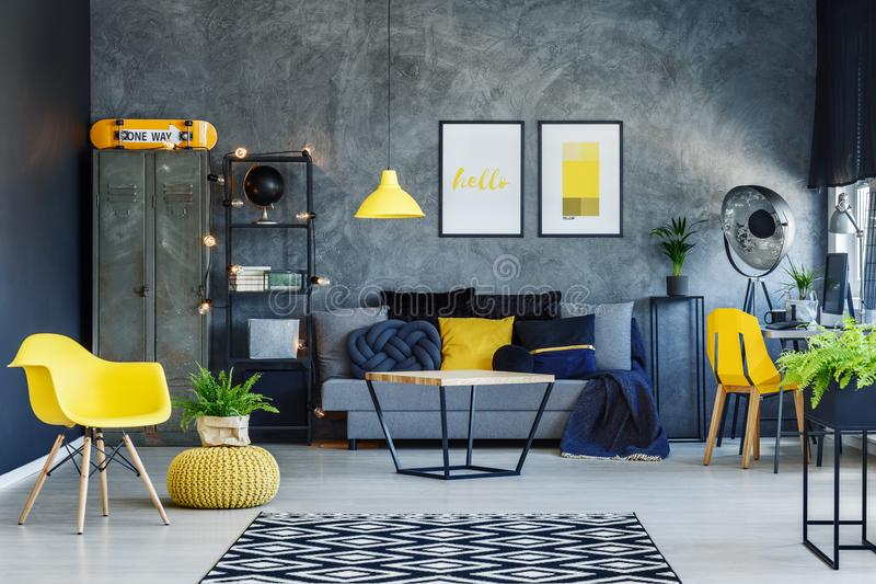 Wohnzimmer mit gelbem Puff lizenzfreie stockbilder