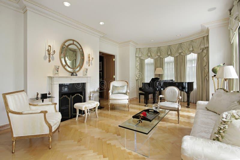 Wohnzimmer mit Kamin lizenzfreies stockbild