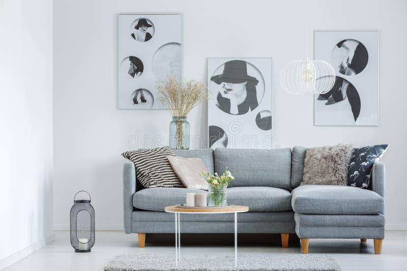 Wohnzimmer mit klassischem Poster lizenzfreie stockbilder