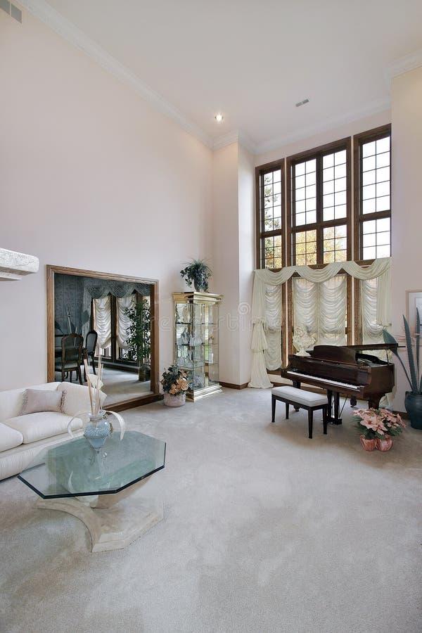 Wohnzimmer mit Klavier lizenzfreies stockbild