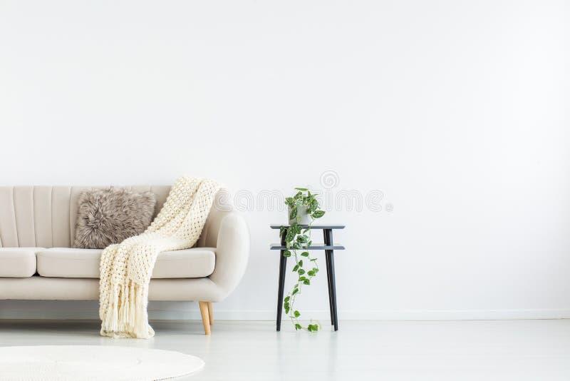 Wohnzimmer mit Kopienraum lizenzfreies stockbild