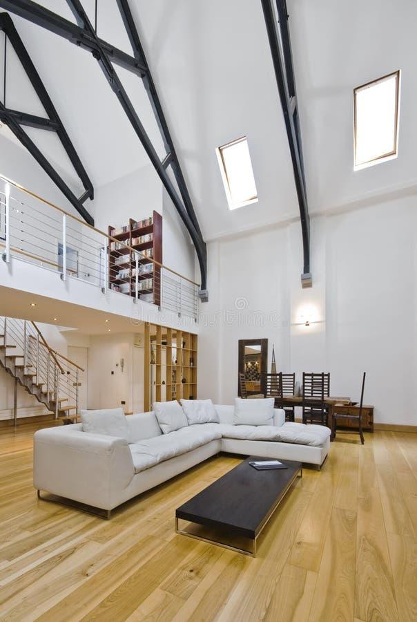 wohnzimmer mit mezzanin stockfoto bild von element