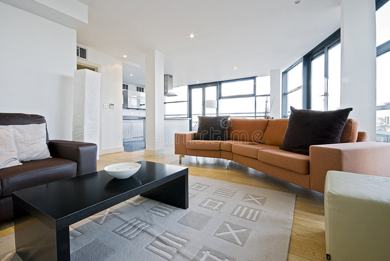 Wohnzimmer mit orange Sofa stockbild. Bild von teppich ...