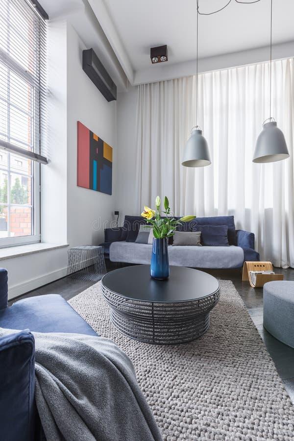 Wohnzimmer mit Rundtisch stockfotos