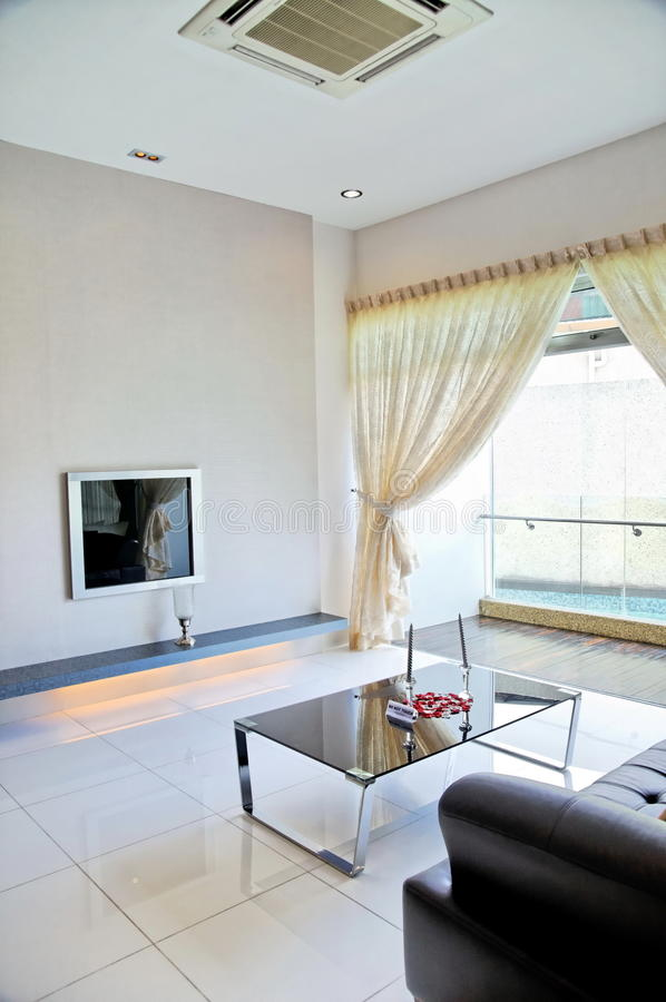 Wohnzimmer mit Schwarzweiss-Farbenthema stockbilder