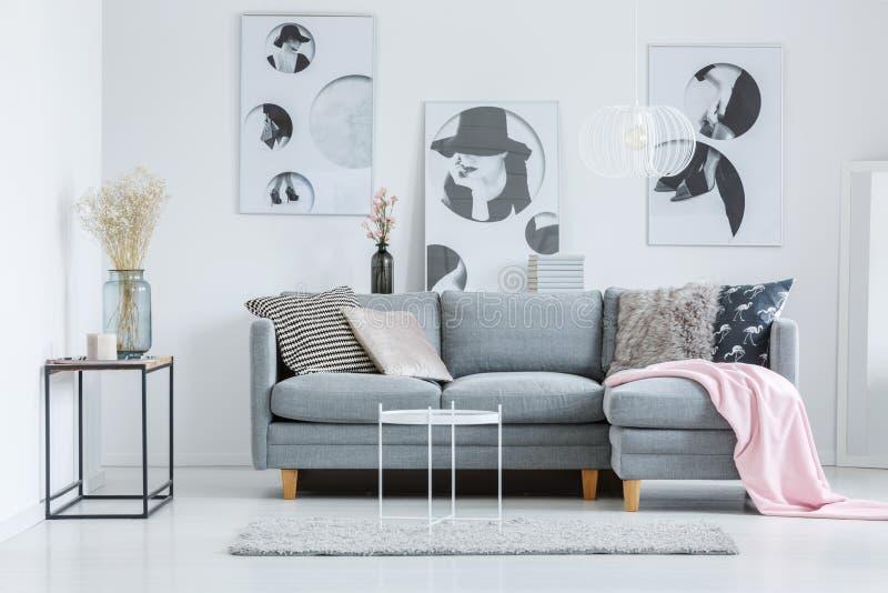 Wohnzimmer mit Trockenblumen lizenzfreie stockfotos