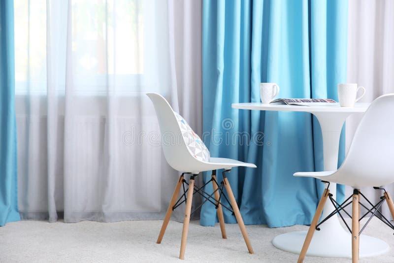 Wohnzimmer mit Vorhängen lizenzfreies stockfoto