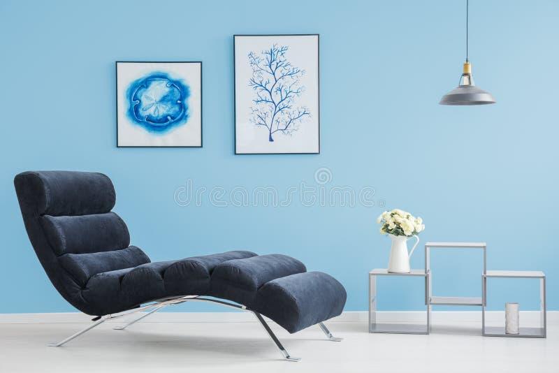 Wohnzimmer mit zwei Bildern lizenzfreie stockfotos