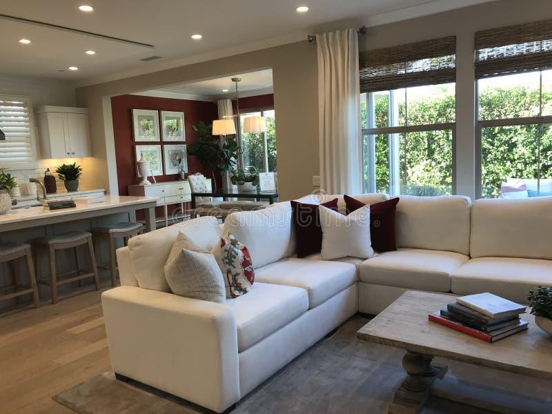 Wohnzimmer und offene Küche lizenzfreie stockbilder