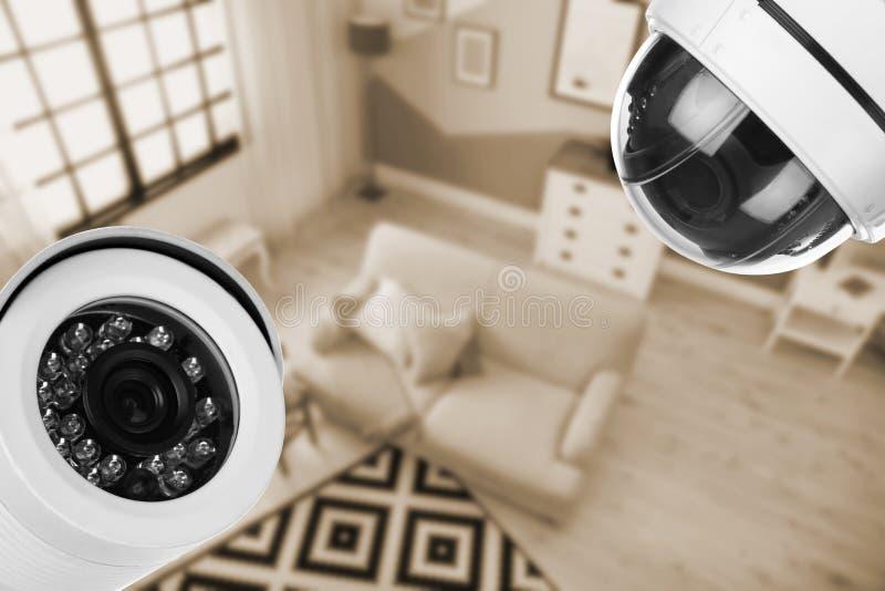 Wohnzimmer unter Überwachungskameraüberwachung stockfotos