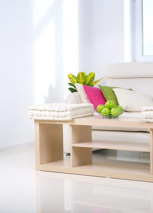 Wohnzimmer-weißer Innenraum lizenzfreie stockbilder