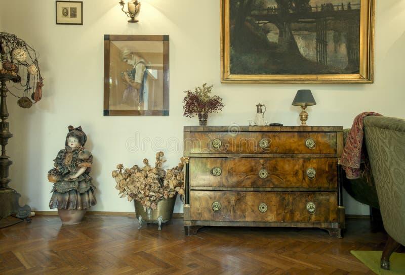 Wohnzimmerinnenraum eines Hauses voll der Antiquitäten stockfotografie