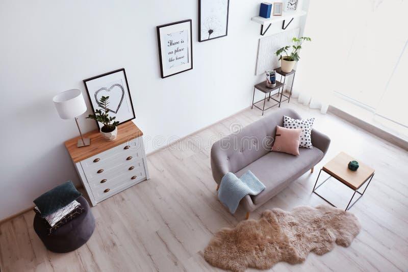 Wohnzimmerinnenraum mit bequemem Sofa stockfotografie