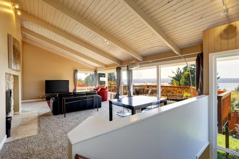 wohnzimmerinnenraum mit hoher decke im luxushaus stockfoto bild von wolldecke luxus 42181638. Black Bedroom Furniture Sets. Home Design Ideas