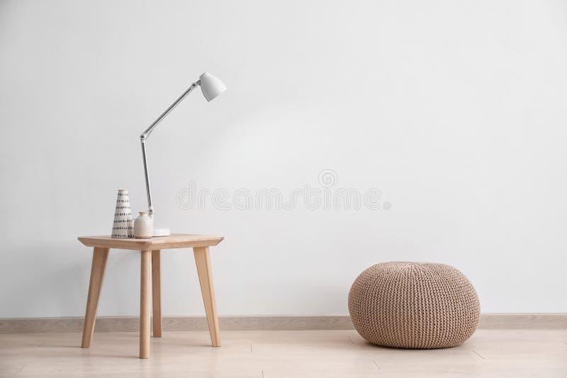 Wohnzimmerinnenraum mit Holztisch und Puff lizenzfreies stockbild