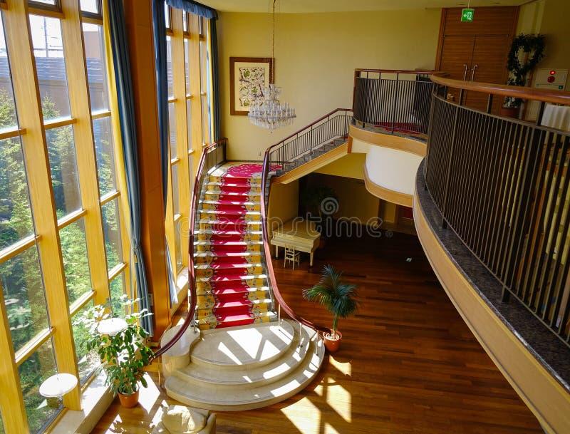 Wohnzimmerinnenraum mit klassischem Treppenhaus stockbilder