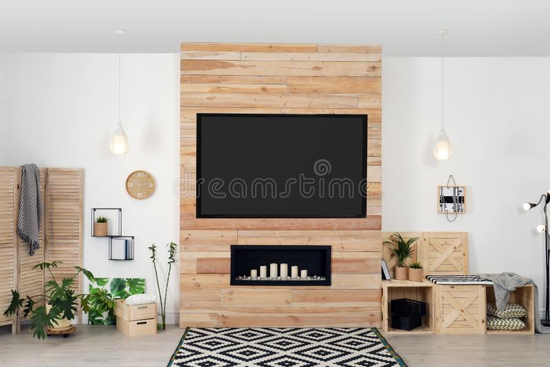 Wohnzimmerinnenraum mit modernem Fernsehen auf Wand lizenzfreie stockfotos