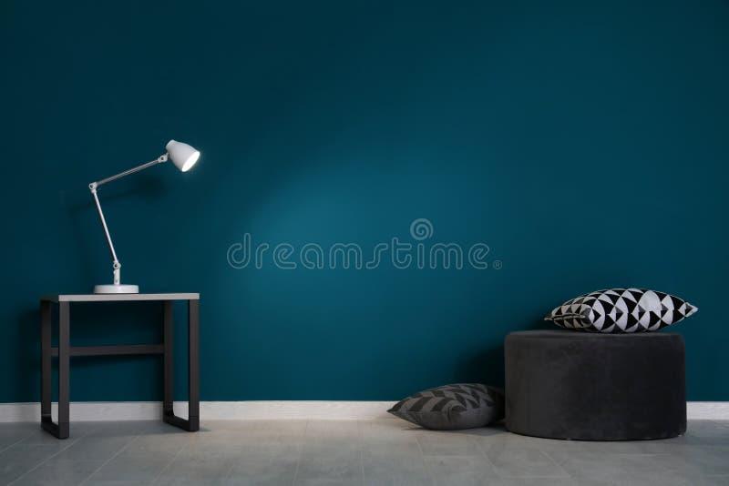 Wohnzimmerinnenraum mit Puff und eleganter Tabelle stockbilder