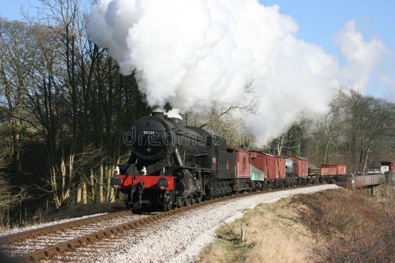 Wojennego działu Parowa lokomotywa liczba 90733 zbliża się Mytholme zdjęcie stock