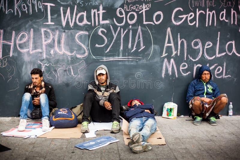 Wojenni uchodźcy przy Keleti stacją kolejową obrazy royalty free
