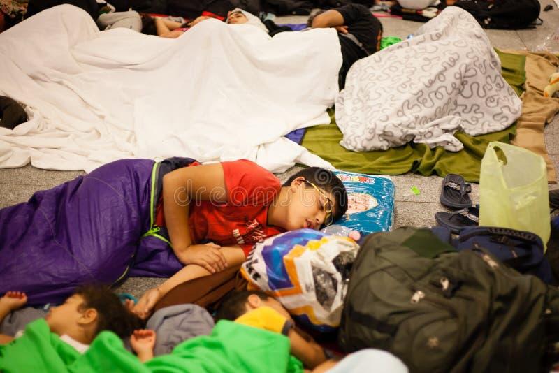 Wojenni uchodźcy przy Keleti stacją kolejową fotografia royalty free