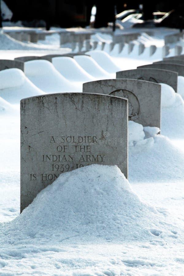 Wojenny cmentarz w śniegu obrazy stock