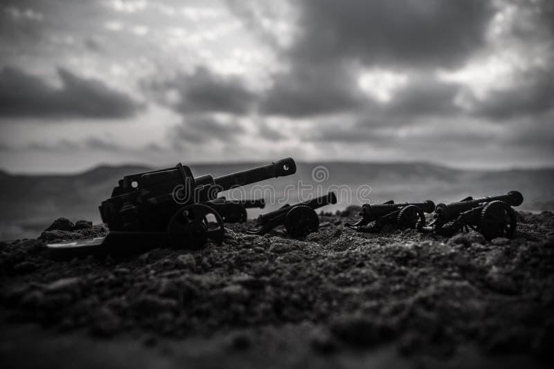 Wojenny pojęcie Starzy artyleryjscy działo pistolety na wojennym mgły nieba tle obraz stock