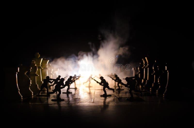 Wojenny pojęcie Sylwetki żołnierze na chessboard Wojenny pojęcie Militarne sylwetki walczy scenę na wojennym mgły nieba tle, Ch zdjęcie stock