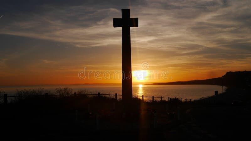Wojenny pomnik brać przeciw położenia słońcu na clifftop w Anglia obraz stock