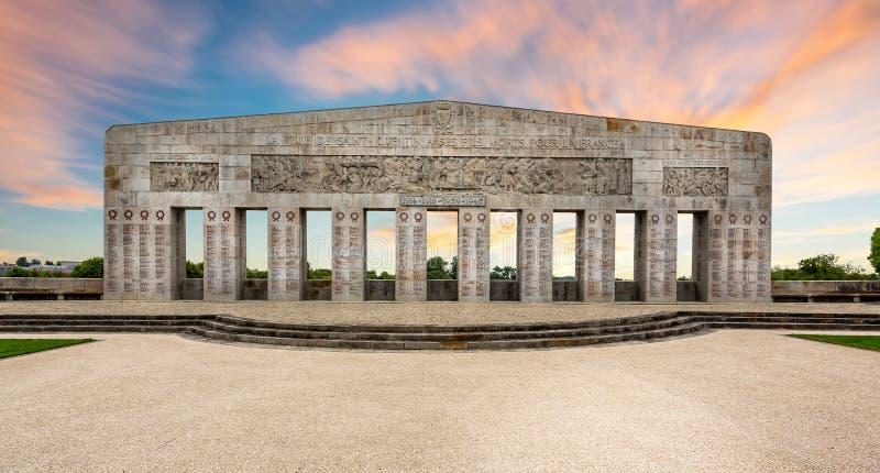 Wojenny pomnik przy zmierzchem w saint quentin, Aisne, Burgundy, Francja obrazy stock