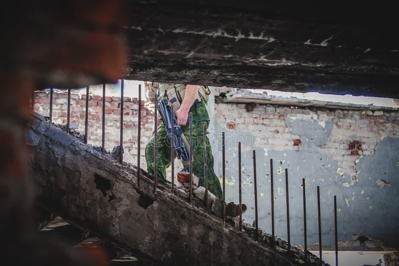 Wojna, lotnisko ruiny w Donbass, żołnierz obraz stock