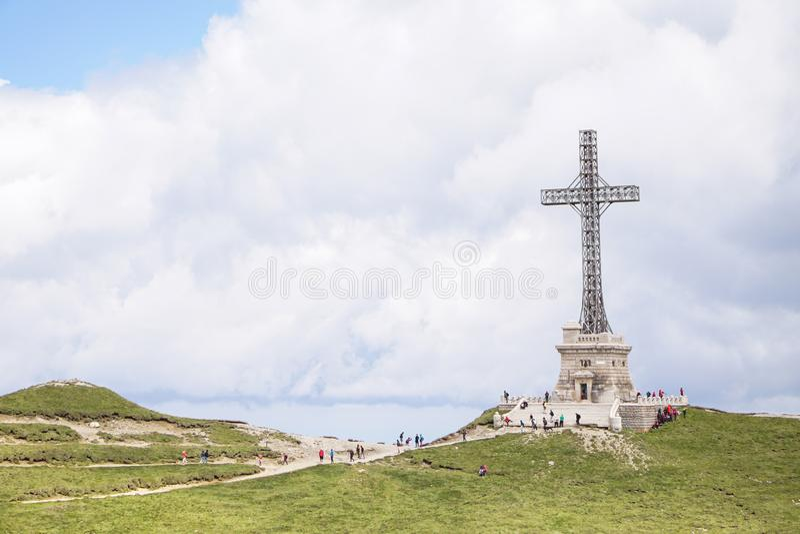 Wojny światowa 1 bohaterzy Krzyżują zabytek, na górze Caraiman szczytu zdjęcie stock