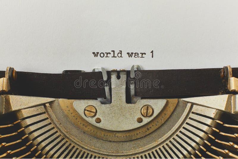 Wojny światowa 1 pisać na maszynie słowa na rocznika maszyna do pisania obraz stock